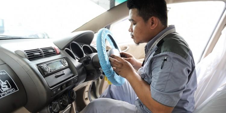 03 Honda technician replacing a Takata driver front airbag inflator