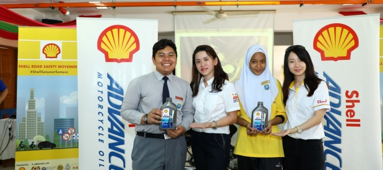Shell Lubricants Mktg GM May Tan (2nd L) presenting a pack of free oil t...