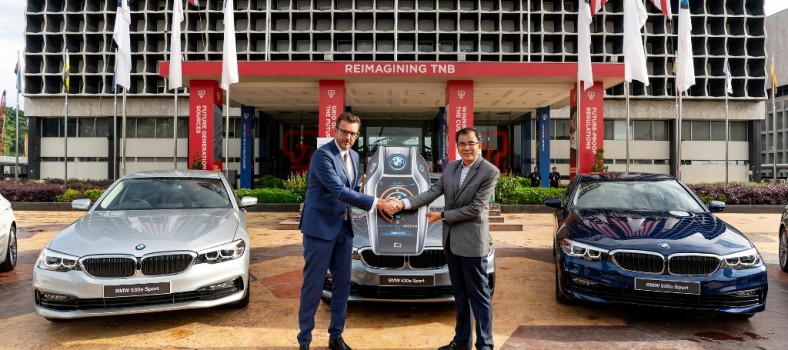 (Left) Harald Hoelzl, MD & CEO of BMW Group Malaysia and TNB's Chief Corporate Officer Datuk Wira Roslan Ab Roslan