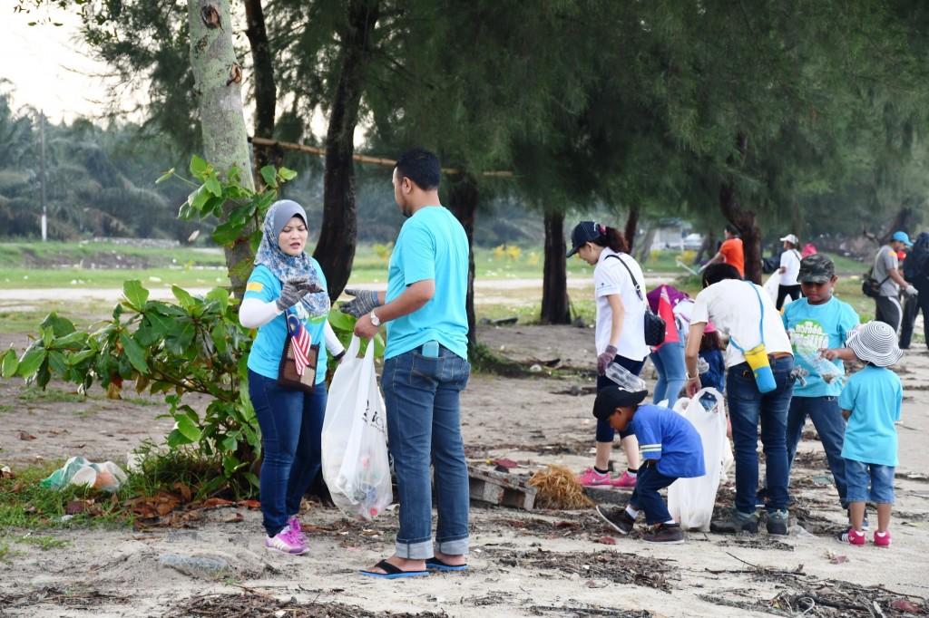 05 NNN Beach Clean Up