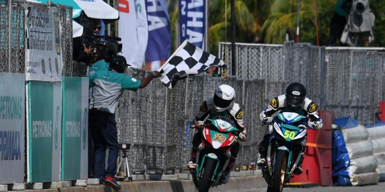Afif (50) fight with Akid at finish line