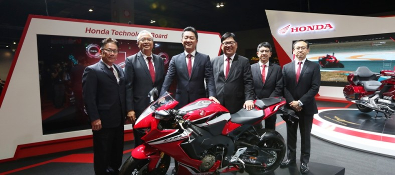 05 Boon Siew Honda senior management posing with the New CBR1000RR Fireblade