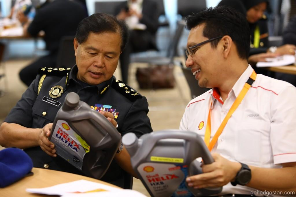 KPDNHEP Deputy Director of Enforcement Tuan Suhaimi Mat Sari (L) with Shell Malaysia Govt Relations Mngr Noorhisham Anas