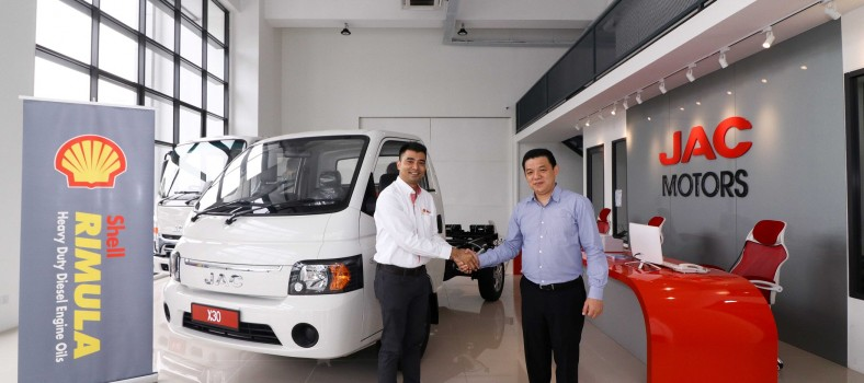 Shell Rimula Brand Mngr Ravi Shankar (L) welcoming Mpire Auto Group CEO  Lau Yit Mun to the Shell family