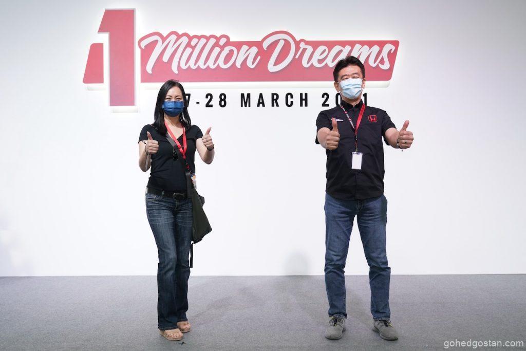Pemenang 1 Million Special Edition Civic, Encik Chuah Sze Yong bersama Presiden dan Ketua Pegawai Operasi Honda Malaysia Encik Sarly Adle Sarkum