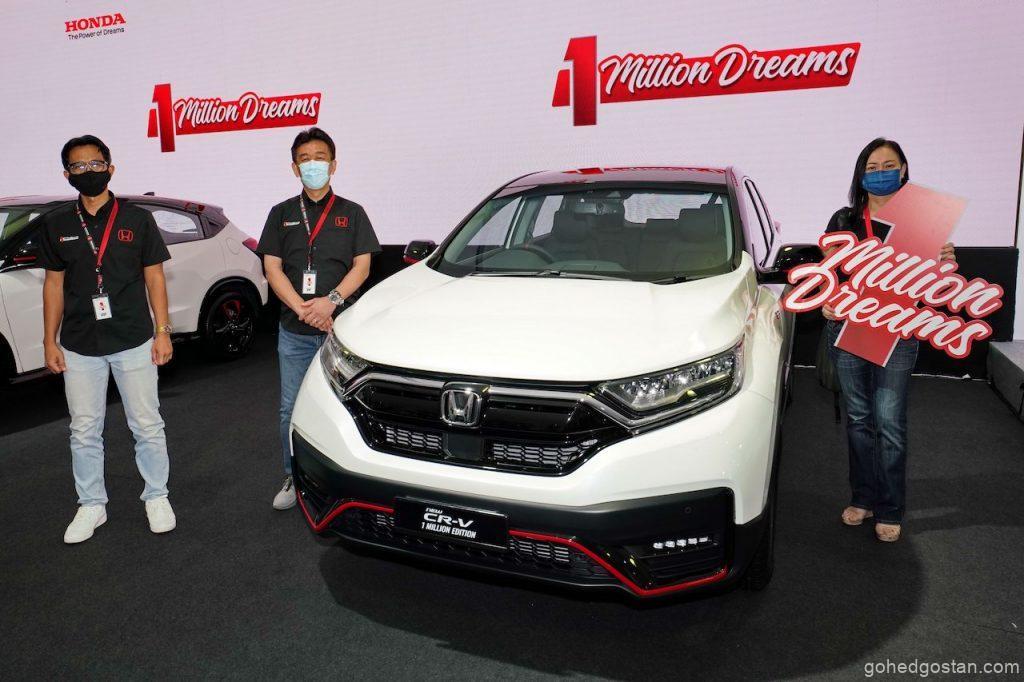 Pengarah Urusan dan Ketua Pegawai Eksekutif Honda Malaysia Encik Toichi Ishiyama (tengah) dan Presiden dan Ketua Pegawai Operasi Encik Sarly Adle Sarkum bergambar dengan Cik Lim Lye-Gaik, pemenang 1 Million Special Edition New CR-V baharu