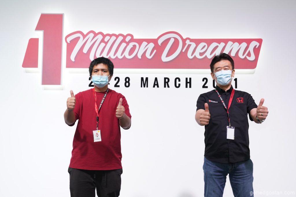 Pemenang 1 Million Special Edition Accord, Encik Abdul Hakim Bin Mohd Radzi diwakili oleh saudaranya, Encik Amir Hamzah Bin Mohd Radzi pada majlis itu bersama Pengarah Urusan dan Ketua Pegawai Eksekutif Honda Malaysia Encik Toichi Ishiyama